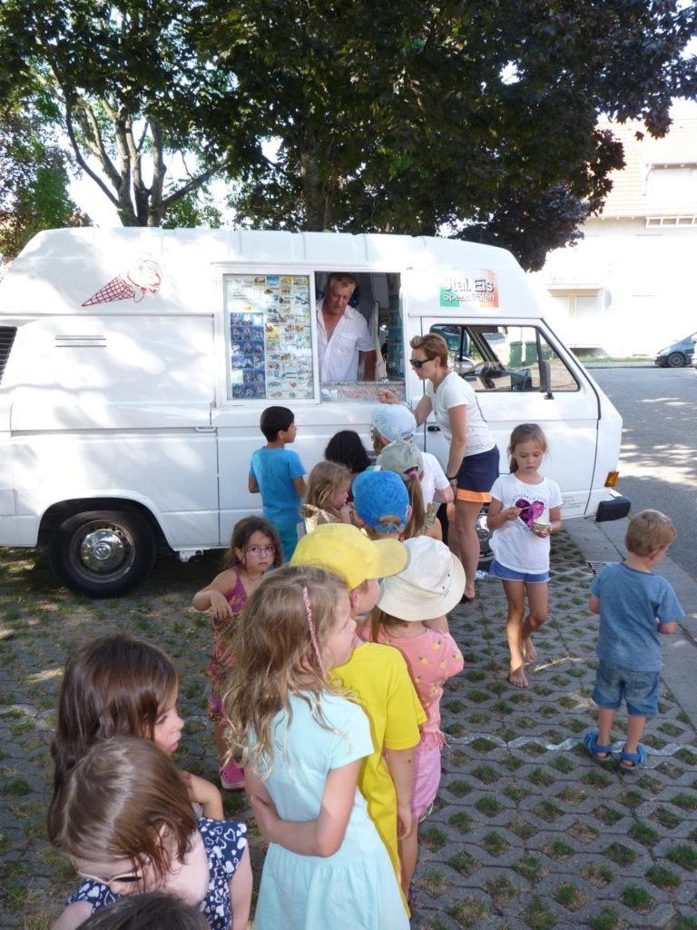 Kinder und Eiswagen